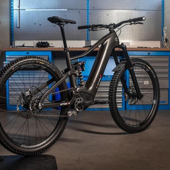 🇫🇷 Le Cavalerie E-MTB Concept p.3 ! ⚡  Le VTT enduro électrique by @cavalerie_bike et équipé du Smart E-bike System : un moteur à boite de vitesses intégré avec un passage des vitesses automatique ou séquentiel et jusqu'à 130 N.m de couple développé par @Valeo et @effigear ! ⚙️  Il vous plait ? Restez attentif, nous vous tiendrons au courant de l'avancé du projet !   Pour en savoir plus, rendez-vous sur le lien en bio ⬆️  🇬🇧 The Cavalerie E-MTB Concept p.3! ⚡  The electric enduro mountain bike by @cavalerie_bike and equipped with the Smart E-bike System: a motor with integrated gearbox with automatic or sequential shifting and up to 130 N.m of torque developed by @Valeo and @effigear ! ⚙️  Do you like it ? Stay tuned, we'll keep you posted on the progress of the project !   For more information, go to the link in the bio ⬆️  📸 @batiste.nos  #cavaleriebike #mtb #mountainbike #allmountain #fox #29wheels #picoftheday #bikeporn #gearbox #effigear #downhill #fr #freeride #madeinfrance #EMTB #electricmoutainbike #Ebike #Valeo
